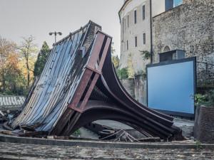FOTO: Olomouckýletňák přišel o svou dominantu. Dřevěné zastřešení pódia šlok zemi