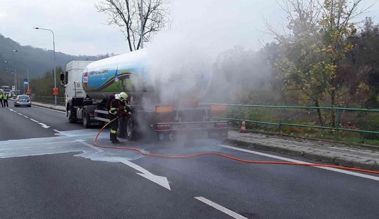 AKTUALIZOVÁNO: U Hranic komplikoval dopravu požár cisterny s propan-butanem