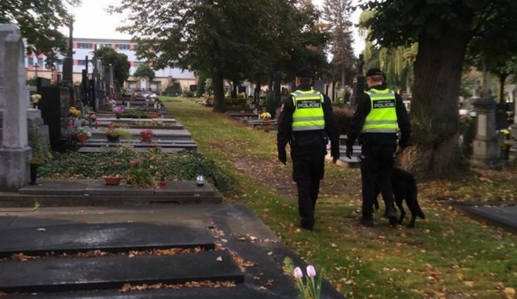 Jak přežít Dušičky? Přerovská městská policie vtipně poukazuje na rizika spojená s návštěvou hřbitova