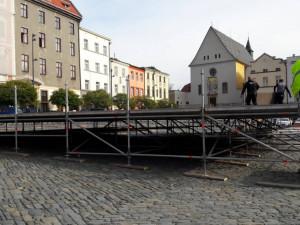 FOTO: Na Dolním náměstí začala výstavba kluziště. Bruslit by se mohlo už začátkem listopadu