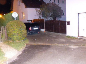 Řidič v České Vsi zboural plot. Nadýchal skoro tři promile