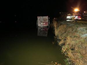 Řidič usnul za volantem, kamion utopil v rybníku