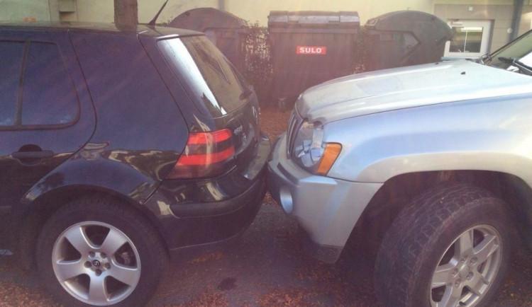 Žena nemohla vyjet z parkoviště. Neohleduplný řidič zaparkoval příliš blízko