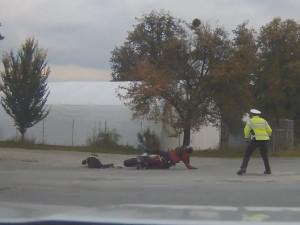 VIDEO: Zfetovaný motorkář srazil policistku, která ho chtěla zastavil. Odsedí si dva a půl roku