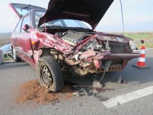 Řidič zastavil na krajnici, aby si vyřídil telefonát. Zezadu do něj narazil senior