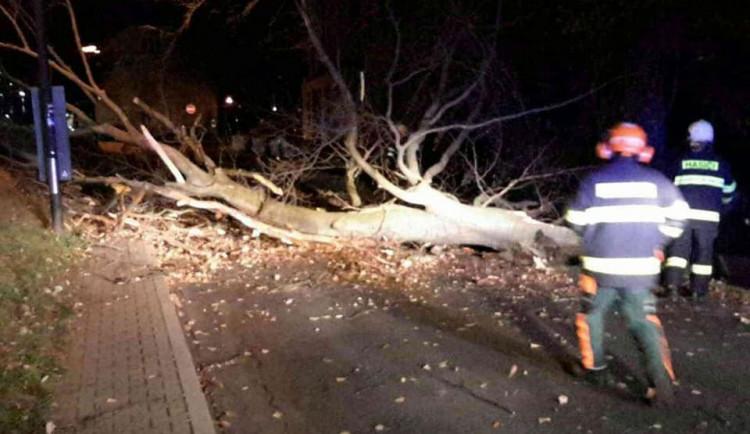 Hasiči vyjížděli v noci na dnešek třináctkrát kvůli silnému větru. Ten zastavil i provoz na železnici