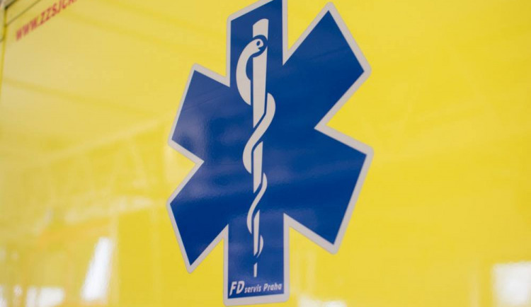 Muž spadl z žebříku při práci na střeše. Propadl se až do přízemí a skončil v nemocnici