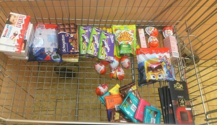 Muž chtěl v supermarketu ukrást sladkosti za bezmála dva tisíce