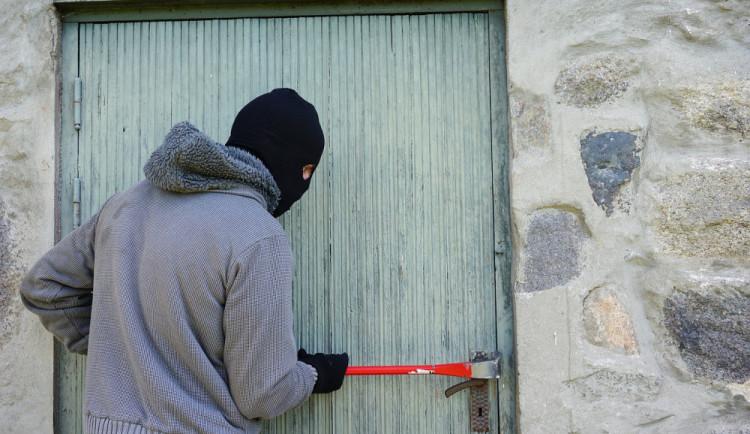 Zloděj se vloupal do garáže a ukradl motorkářské vybavení