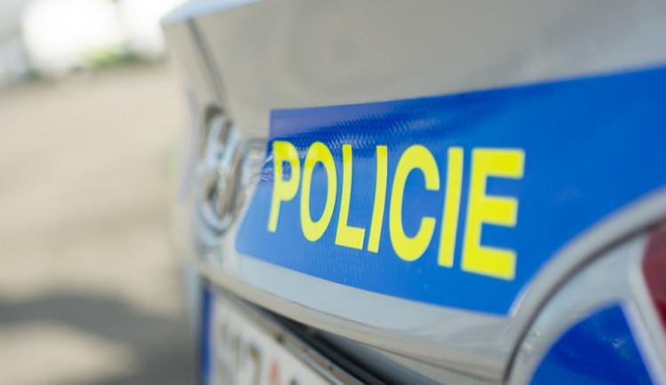 Řidič projížděl ulicí, opilý muž mu hodil na auto kryt z rozvodové skříně