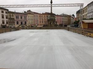 Na Dolním náměstí by se mělo bruslit nejpozději v pátek. Chystají se i první stánky s punčem