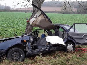 Řidič, kterého museli z vraku vyprostit hasiči, byl pod vlivem drog. Auto ukradl