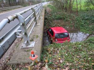Auto v potoce i na boku. Podívejte se na přehled nehod z dušičkového víkendu