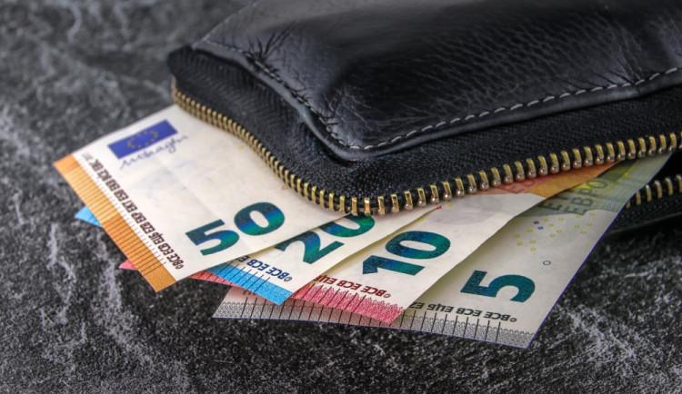 Cizinci ukradli batoh, ve kterém měl sedm tisíc eur