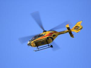 Ke srážce auta s cyklistkou letěl vrtulník