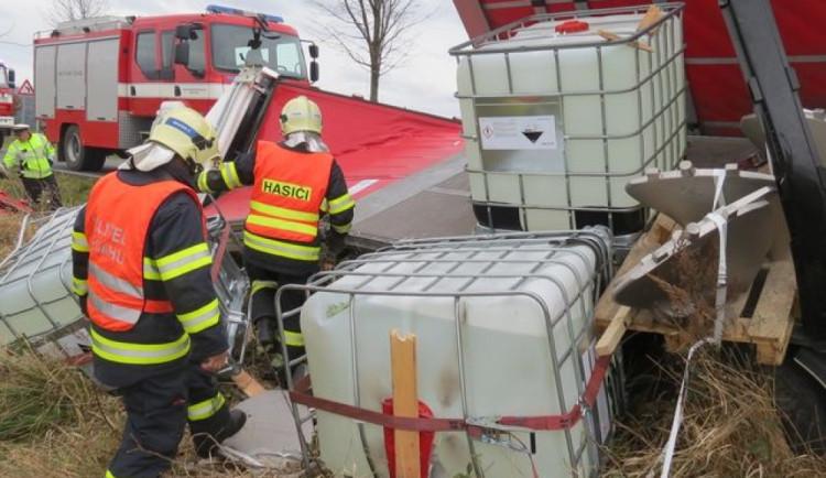 Po nehodě z náklaďáku vypadly barely s kyselinou. Řidič nedával pozor