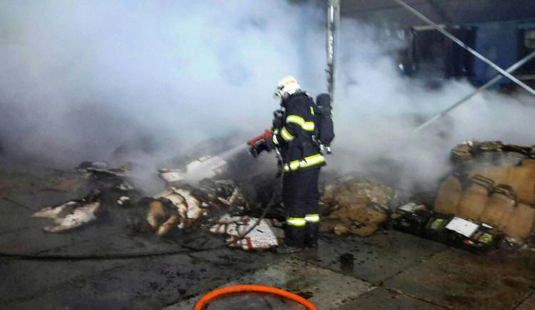 Při nočním požáru vznikla škoda za milion korun. Jedna osoba se nadýchala nebezpečných zplodin