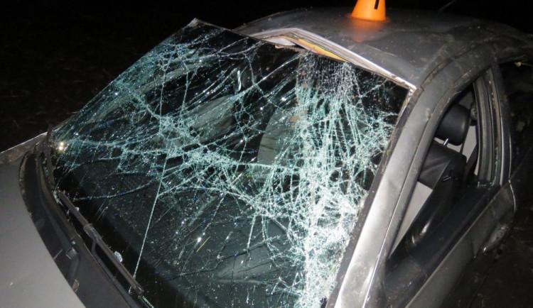Auto skončilo po kotrmelcích v poli. Při nehodě byli zraněni dva lidé