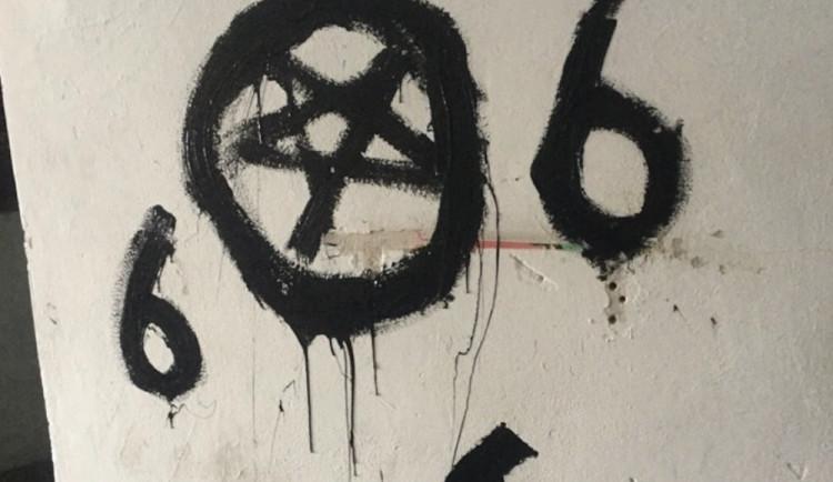 U baru v Mlýnské ulici někdo pomaloval fasádu satanistickými symboly