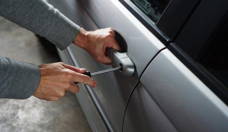Řidič ve vozidle nechal klíče s doklady a nezamkl jej. Po příchodu auto na svém místě již nenašel
