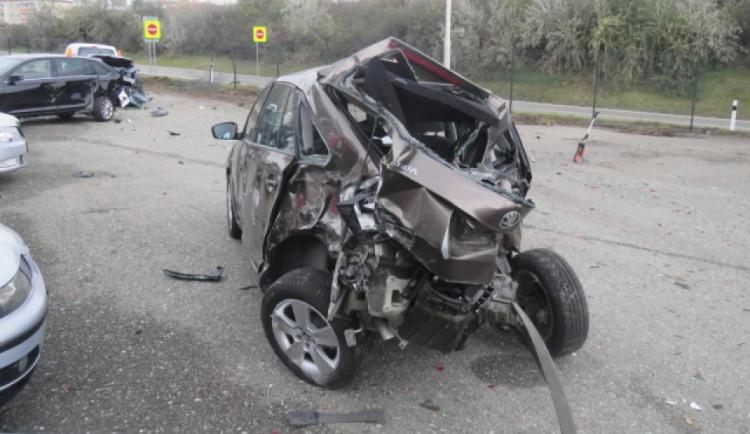 FOTO: Řidič nákladního auta sjel z dálnice a zdemoloval téměř třicet aut. Škoda přesáhla osm milionů