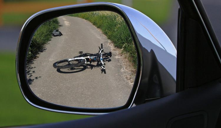 Opilý cyklista nezvládl zatáčku, vyjel do protisměru a saltem přes řidítka skončil v příkopu