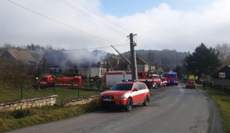 AKTUÁLNĚ: Hasiči zasahují u požáru rodinného domu. Majitel se nadýchal nebezpečných zplodin