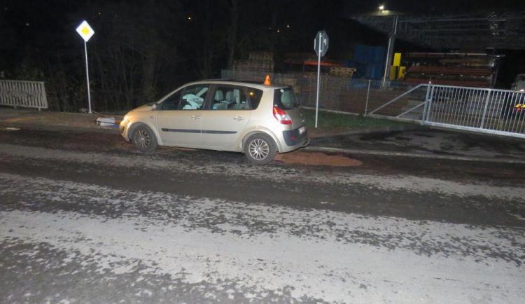 Řidička v Konici najela na nedovřený kanál, vystřelily jí airbagy