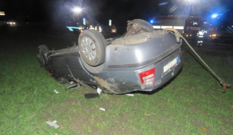 Třiadvacetiletý řidič dostal na dálnici mikrospánek. S autem šel několikrát přes střechu