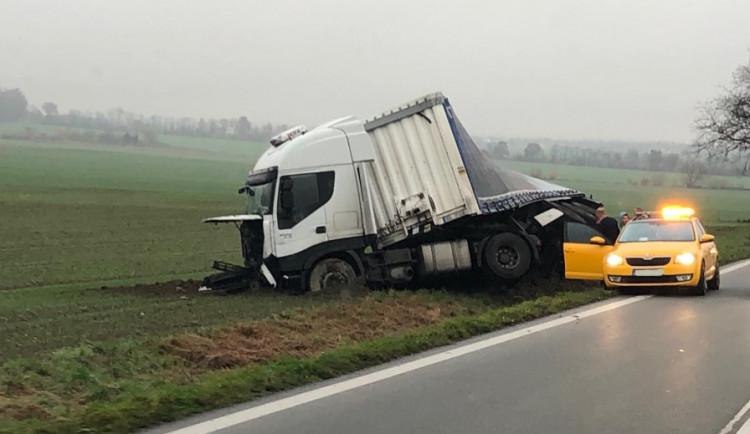 AKTUÁLNĚ: Silnice mezi Olomoucí a Šternberkem je uzavřená. Probíhá přeložení nákladu z havarovaného kamionu