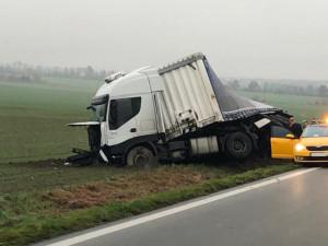 AKTUÁLNĚ: Mezi Olomoucí a Šternberkem havaroval kamion. Čeká na vyproštění