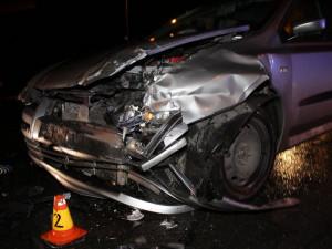 FOTO: Řidiči na Pražské vjel z vedlejší silnice do cesty senior v autě. Nehoda si vyžádala zásah záchranářů