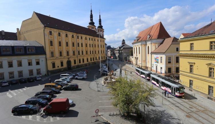 Průzkum ukázal, že většina lidí by byla pro náměstí Republiky bez parkoviště