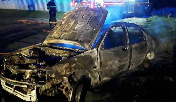 Hasiči dnes ráno zasahovali u požáru vraku auta. Hořel u vlakové zastávky