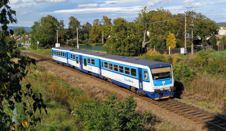 AKTUÁLNĚ: U Olomouce srazil vlak člověka. Nehoda zastavila provoz na Prahu