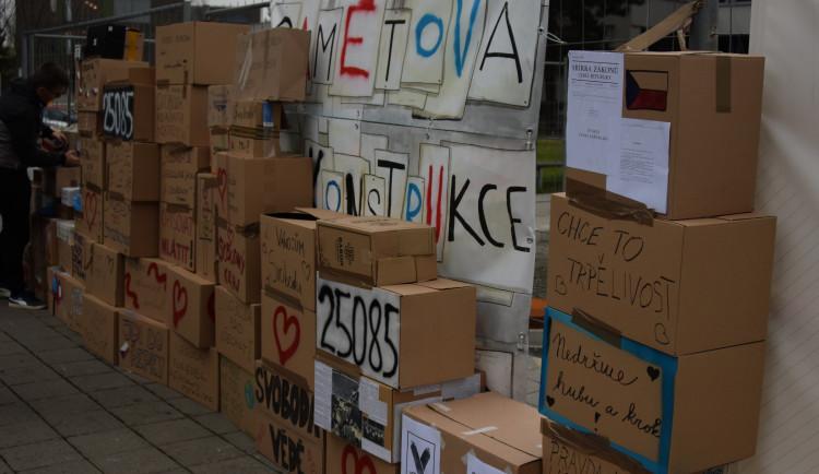 FOTO: Protestní zeď z krabic se po třiceti letech opět staví v Olomouci