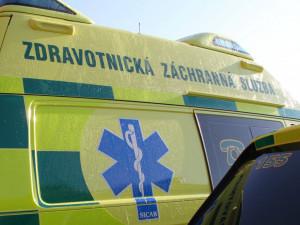 Opilého seniora srazilo osobní auto. Skončil v péči záchranářů