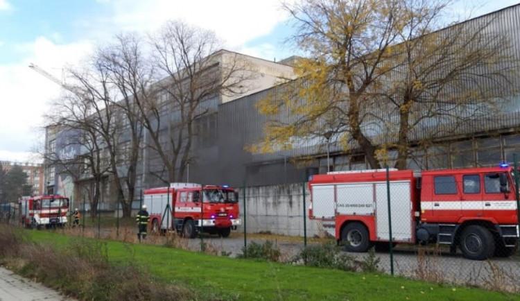Kvůli požáru bylo dnes evakuováno čtyřicet lidí z průmyslové haly