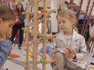 VIDEO: Podpořte koupí adventního kalendáře či knížkou ranou péči