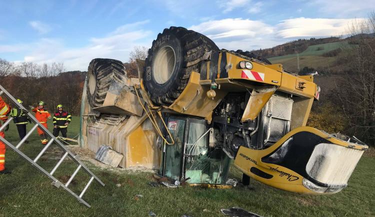 FOTO: U převráceného zemědělského stroje zasahovali hasiči s tankem