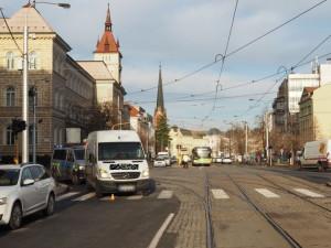 Řidič dodávky srazil ženu na přechodu u Drápala. Policie hledá svědky