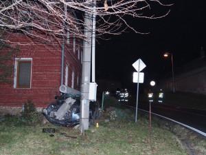Řidič nezvládl v Topolanech zatáčku a s autem narazil do dvou betonových sloupů. Při nehodě se zranil