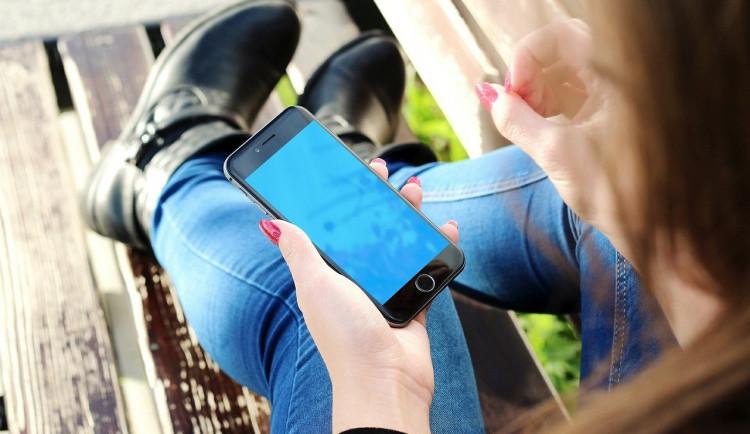 Žena chtěla ušetřit pár set korun za dva mobily z pochybného e-shopu. Doteď je nemá