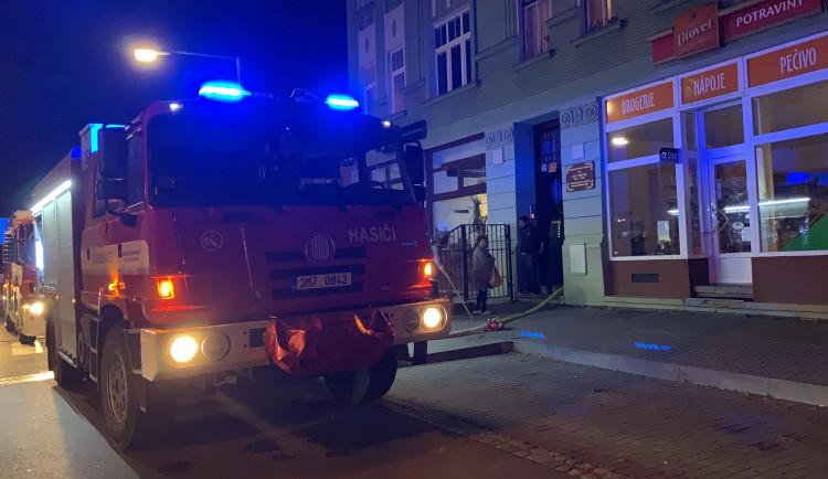 AKTUÁLNĚ: V Tomkově ulici v Hejčíně hoří byt
