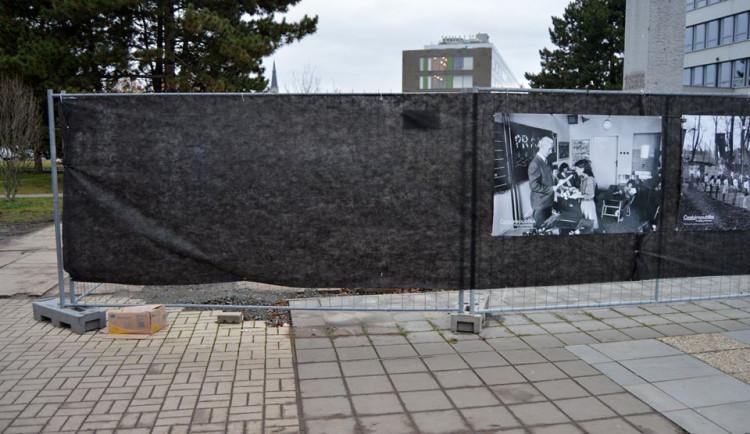 Z plotu u právnické fakulty zmizely čtyři fotografie Jindřicha Štreita. Vraťte je, vyzývá fakulta