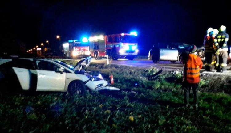 Vážná nehoda tří osobáků a jednoho nákladního vozidla si vyžádala tři zraněné osoby