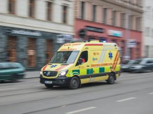 Mladý řidič se při předjíždění vozu před ním čelně střetl se sanitkou převážející pacienta
