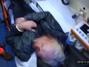 Strážníci vyjižděli k namol opilým mužům krvácejících z ran na hlavách, které si způsobili pády na zem