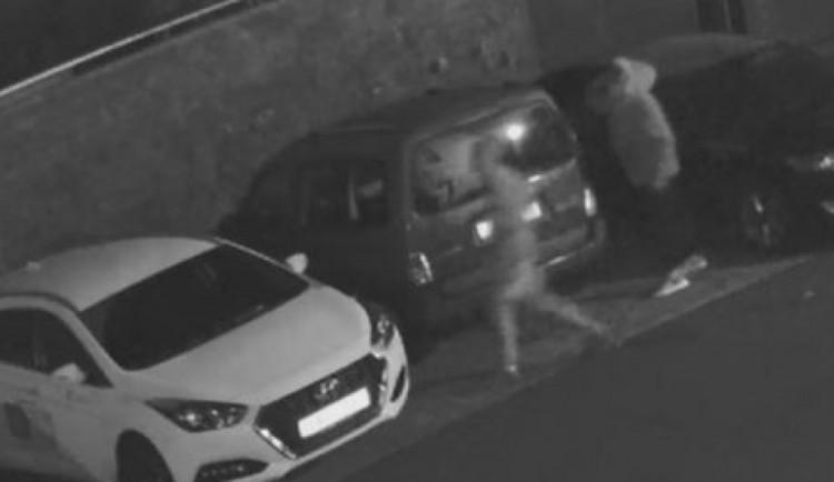 VIDEO: Policie pátrá po vandalovi, který v Olomouci poničil devět aut za jednu noc