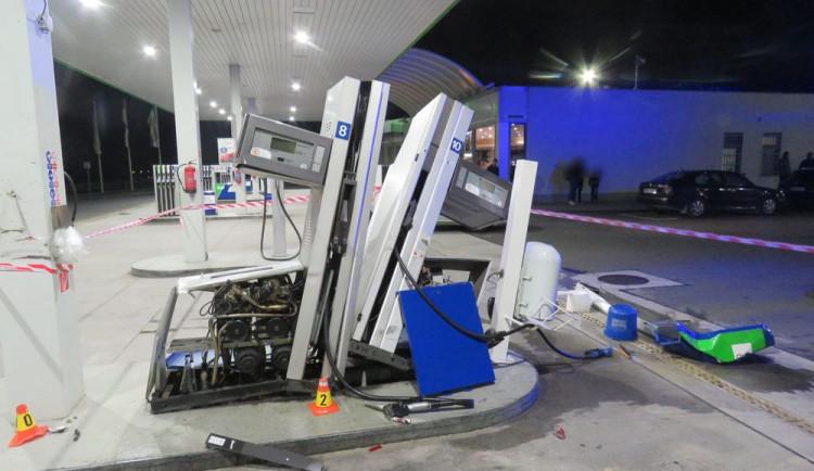 FOTO: Řidič kamionu zdemoloval část benzinky a způsobil škodu za milion korun